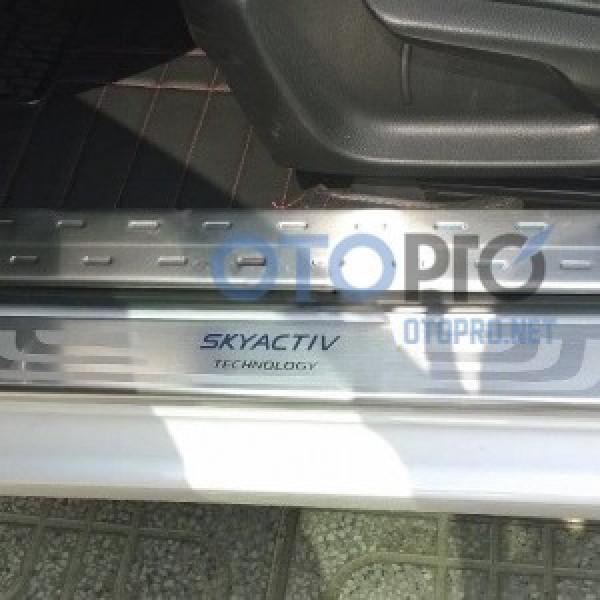Ốp bậc cửa, nẹp bước chân mạ crôm bên trong Mazda 3 2015