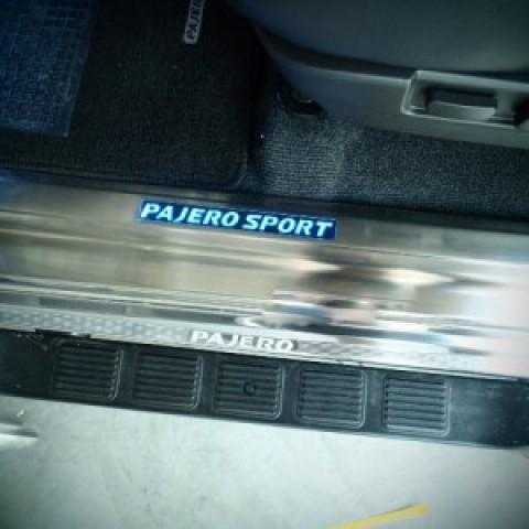 Viền bậc cửa có đèn LED cho Pajero Sport