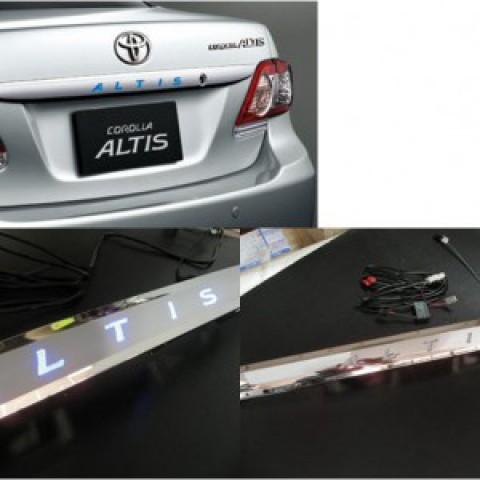 Trang trí cốp sau có đèn led mạ crom cho Corolla Altis
