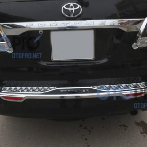 Ốp nẹp chống xước cốp cho xe Fortuner 2014