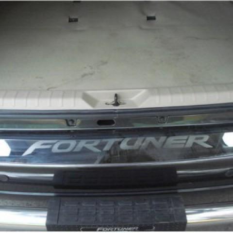 Nẹp chống chầy cốp sau cho Toyota Fortuner