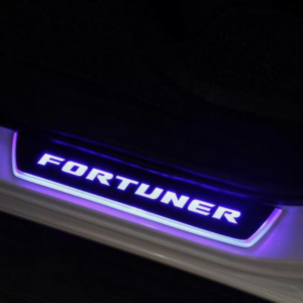 Ốp bậc cửa chạy led Fortuner