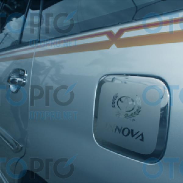 Ốp trang trí nắp bình xăng inox cho Toyota Innova 2014